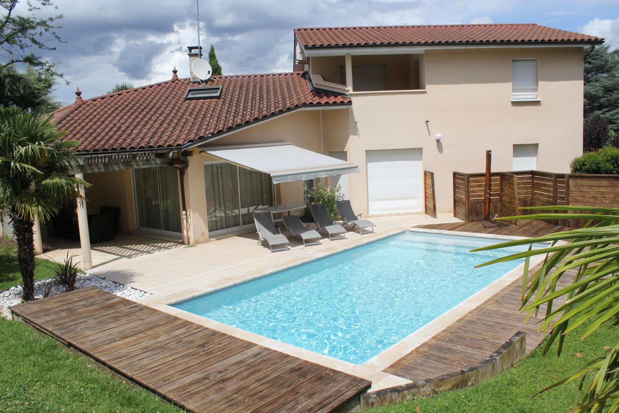 Bibliothèque Ste Foy Les Lyon ste foy les lyon : villa moderne avec jardin, piscine et garages
